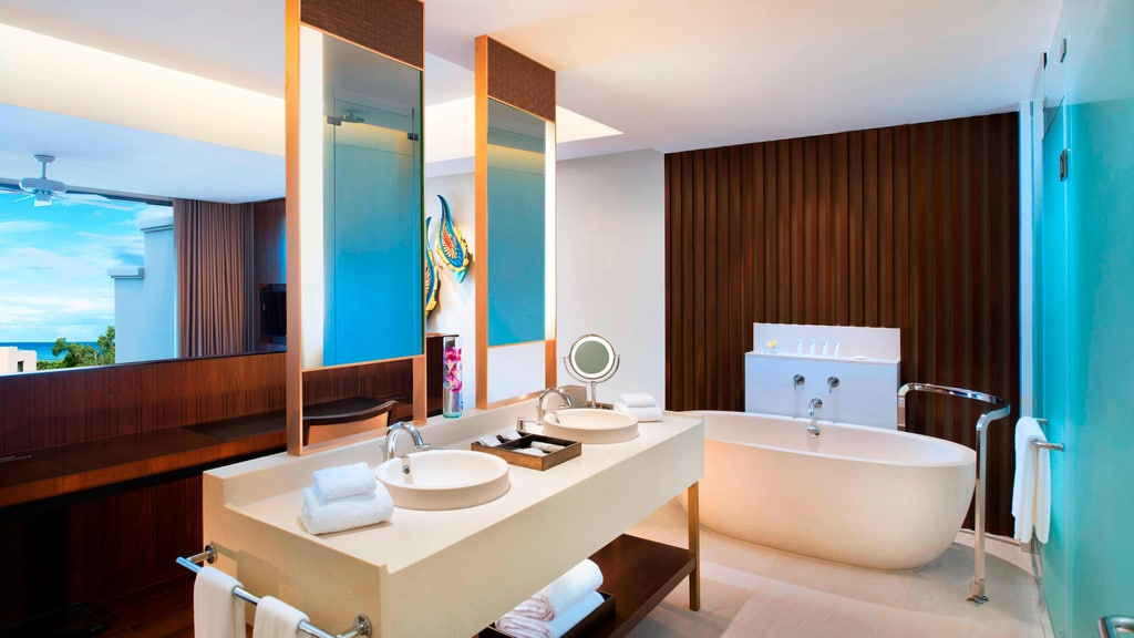 Classic Pool Suite - Bathroom