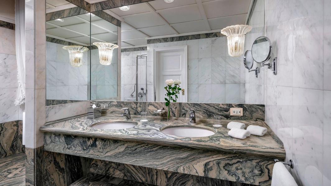 Baño de la habitación Deluxe con vista a la laguna de Palazzo Casa Nuova