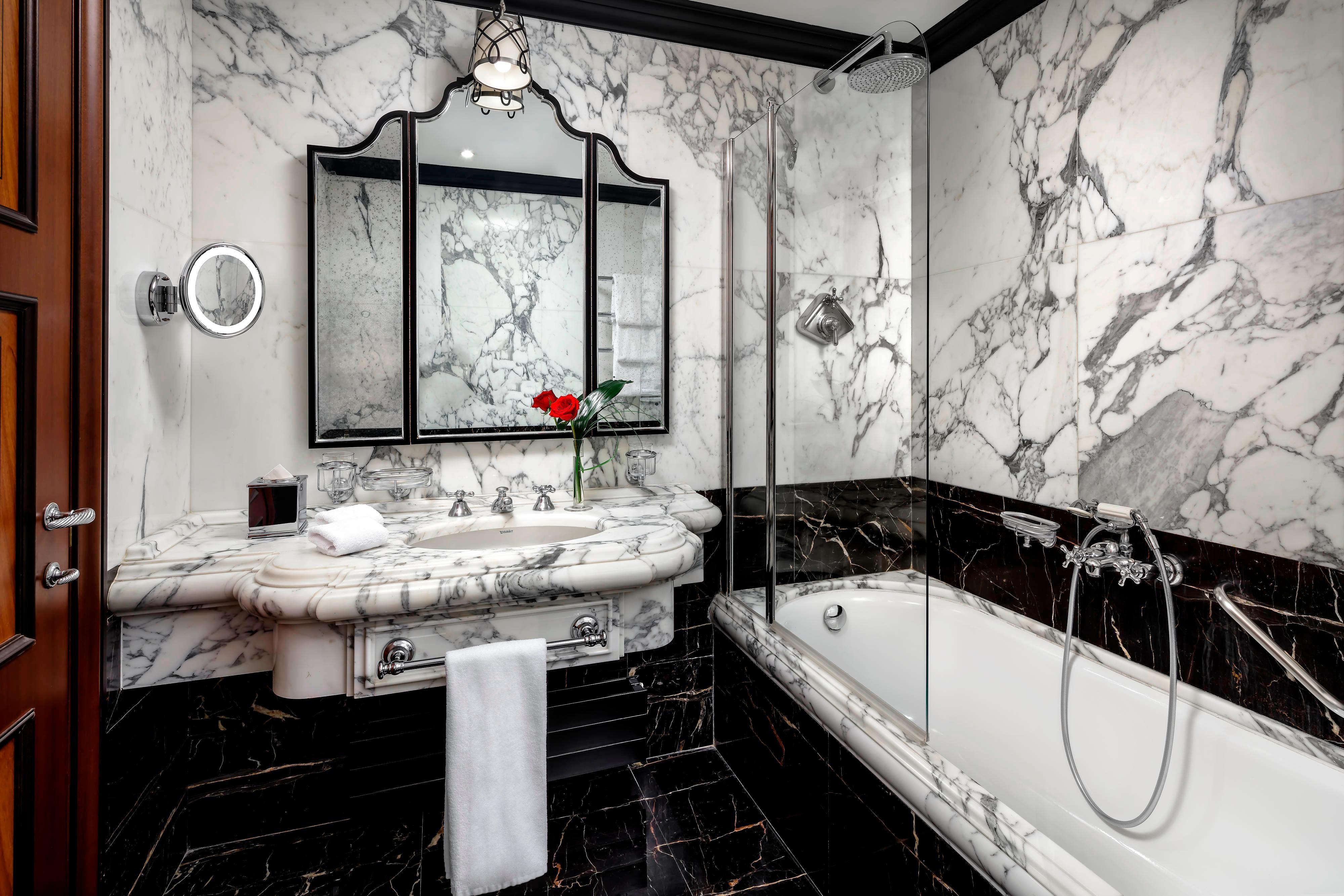 Luxus-Zimmer mit zwei Doppelbetten - Badezimmer