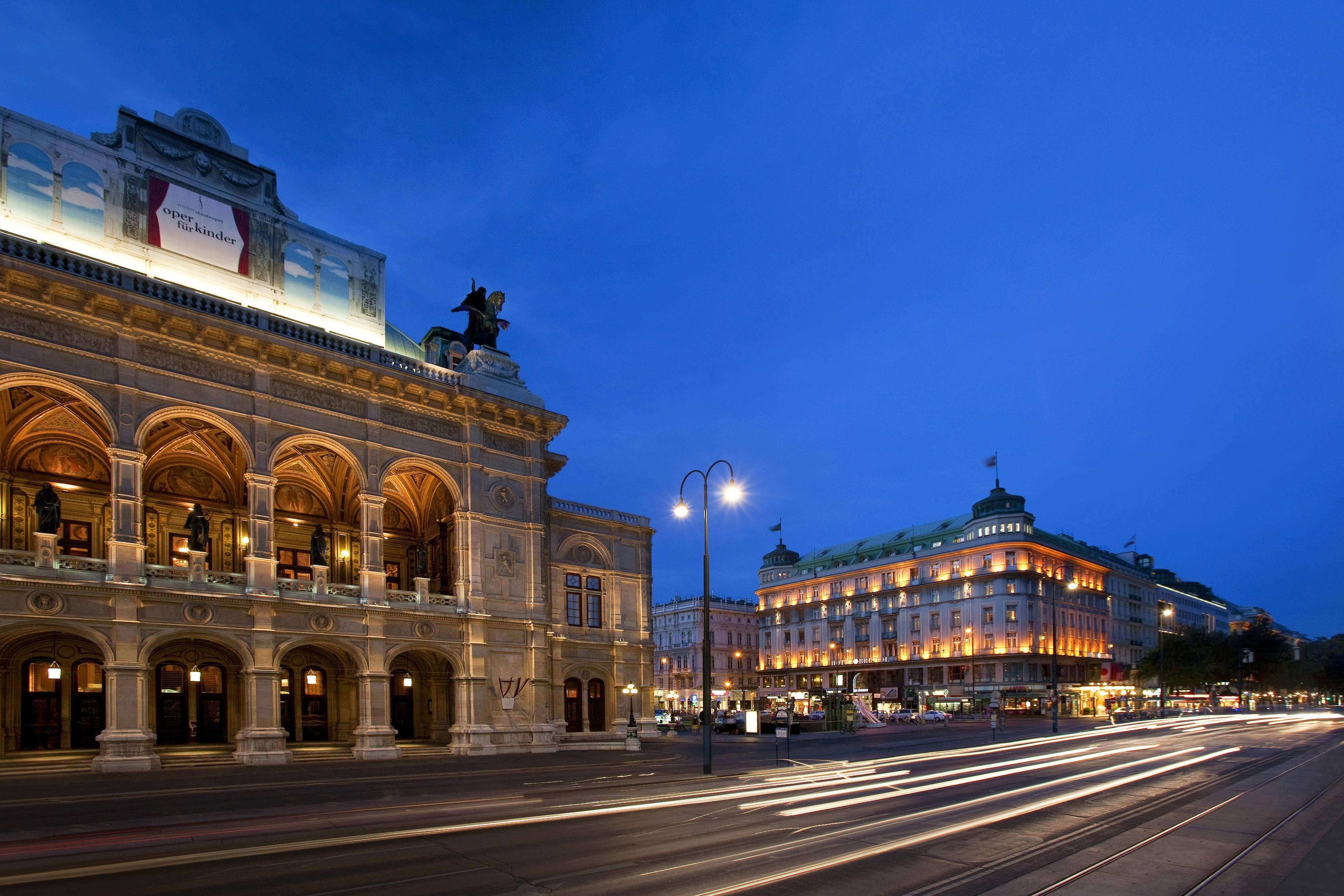 Außenansicht mit Wiener Staatsoper