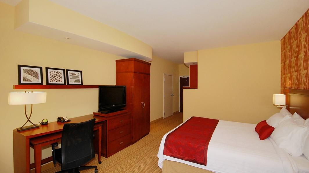 Espace de travail d'une chambre avec très grand lit