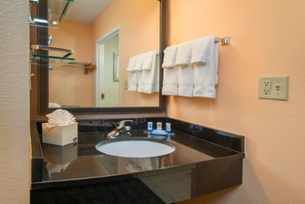 Fairfield Frederick Hotel Guest Bathroom