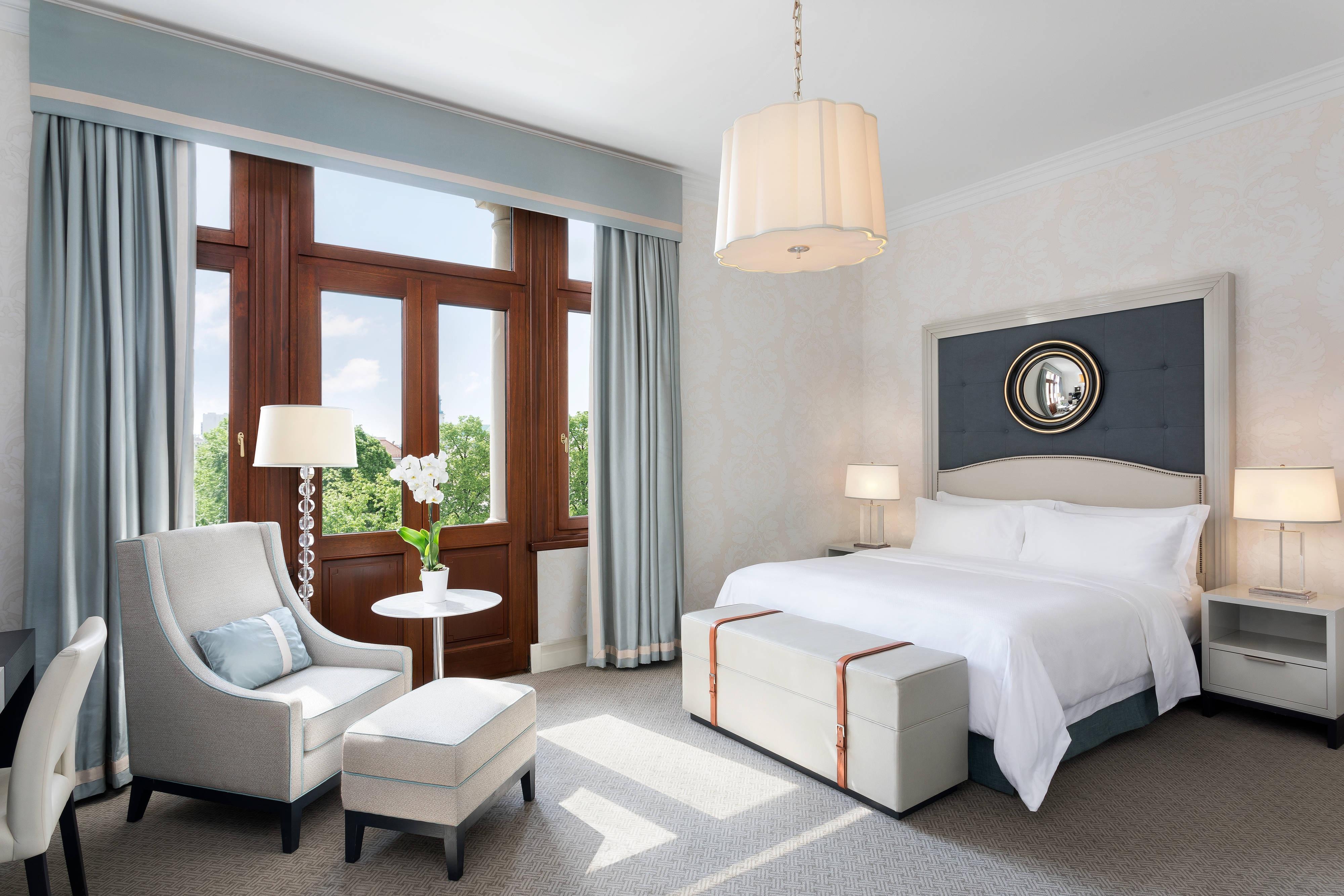 King Deluxe Suite - Bedroom