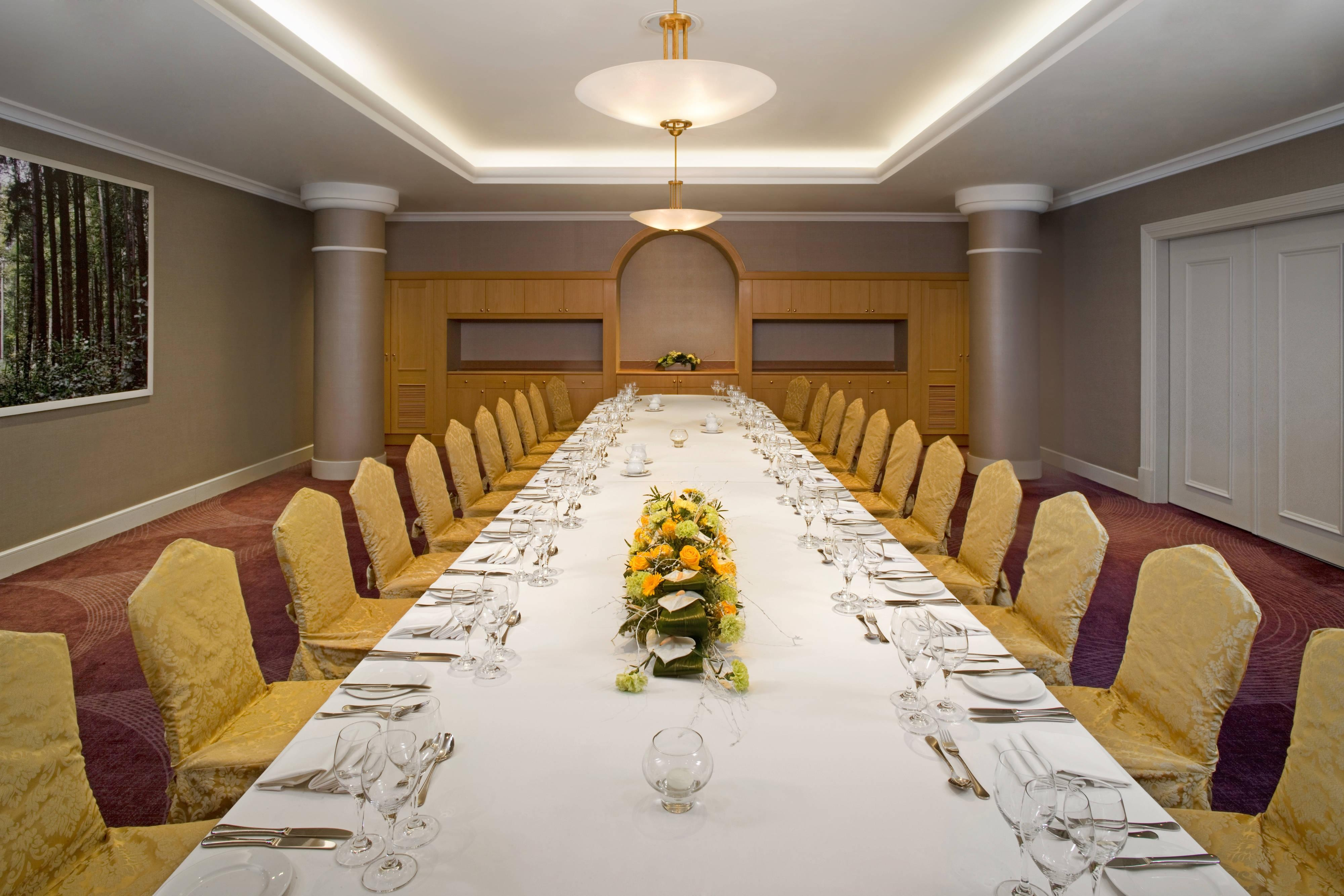 Warsaw Conference Room - Oval Dinner