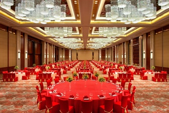 Main Table with red napkin in Huangjia Ballroom