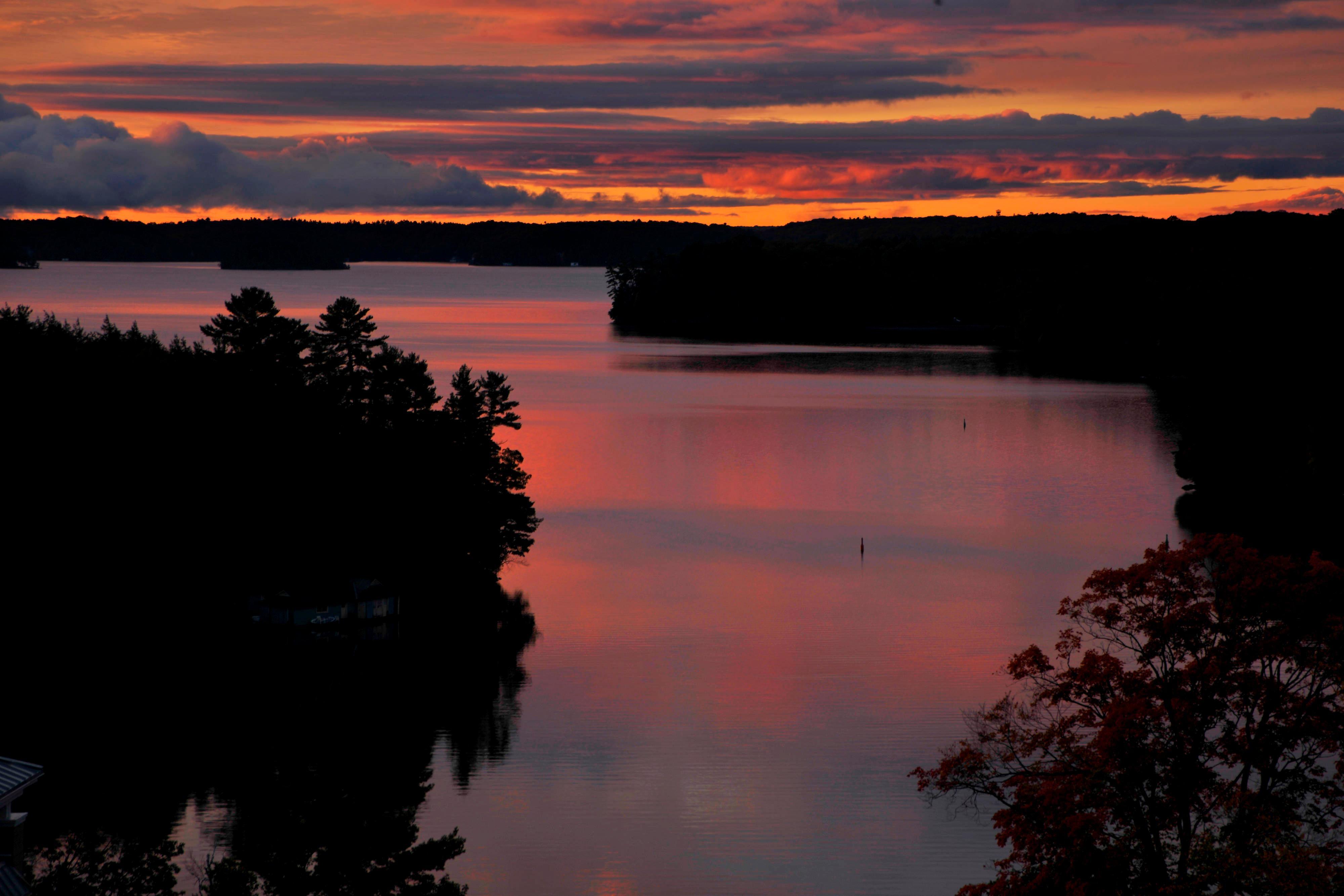 Coucher de soleil sur le lac Rosseau dans le centre de villégiature, au Canada