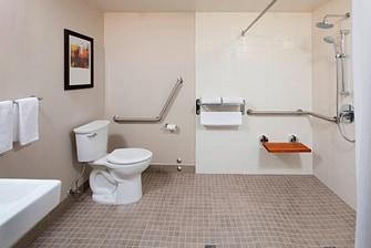 Salle de bains d'une chambre accessible aux personnes à mobilité réduite