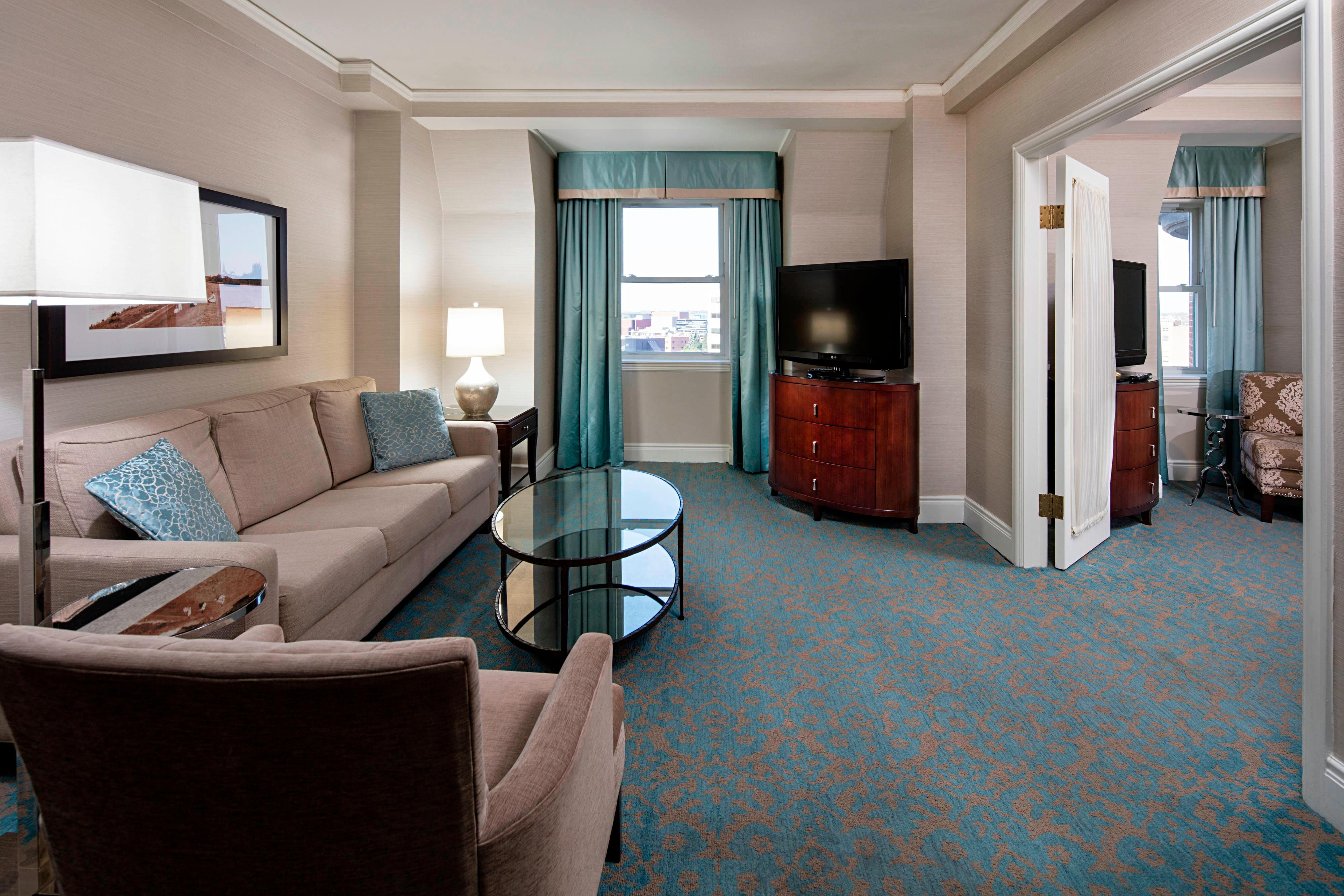 Club Level One-Bedroom City View Suite - Living Area