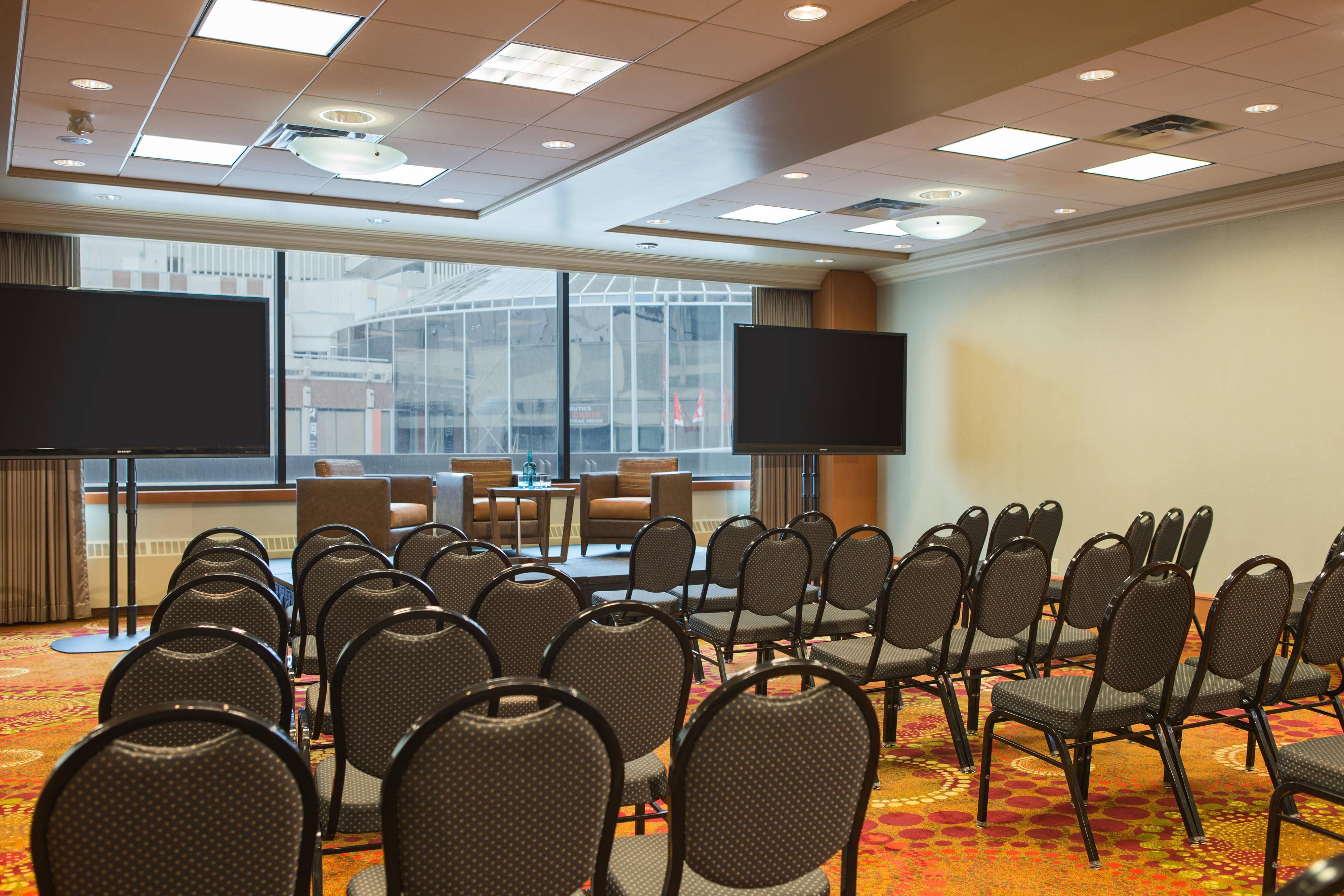 Salle en configuration cinéma de l'hôtel de Calgary