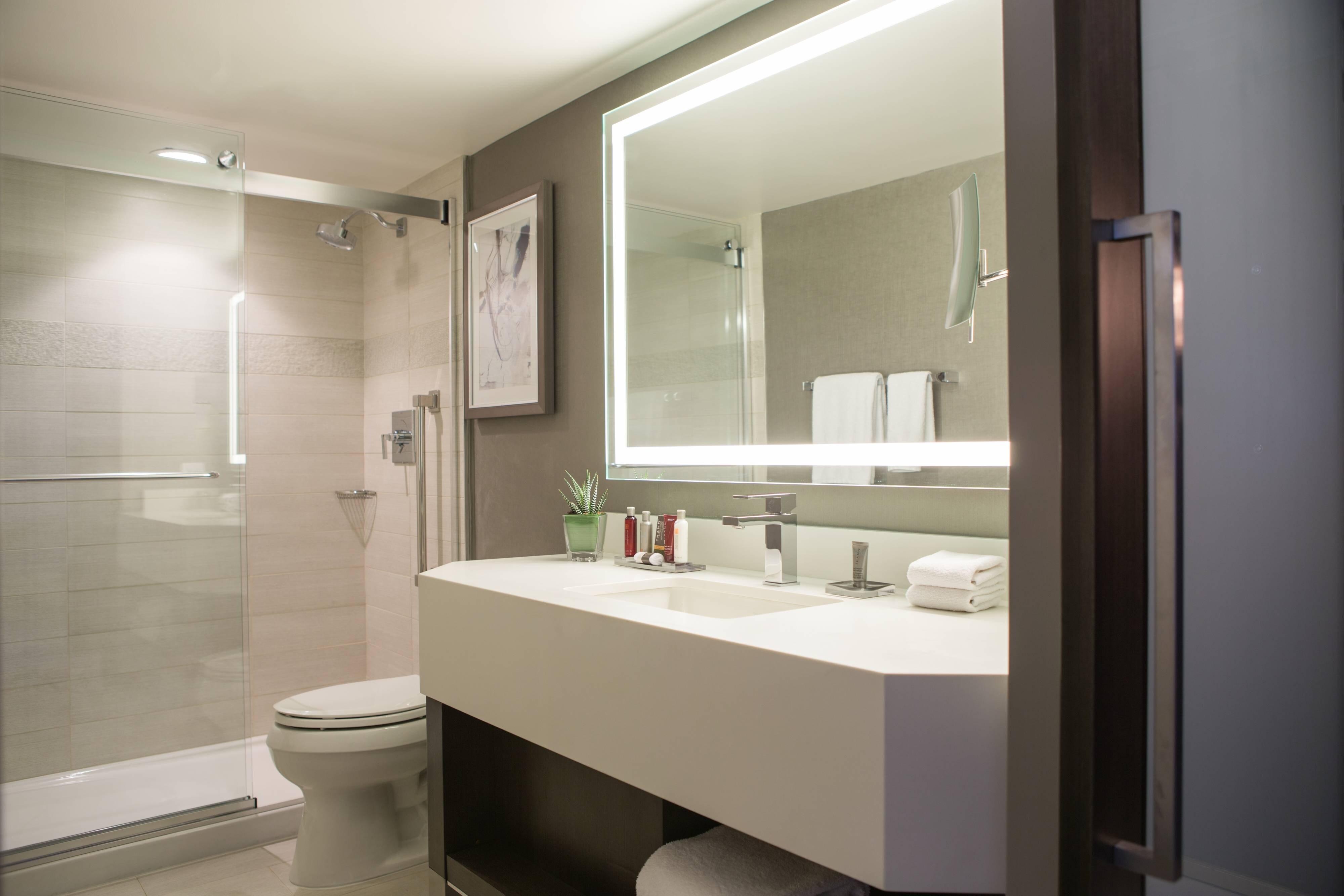 Salle de bains d'une suite d'hôtel à Calgary