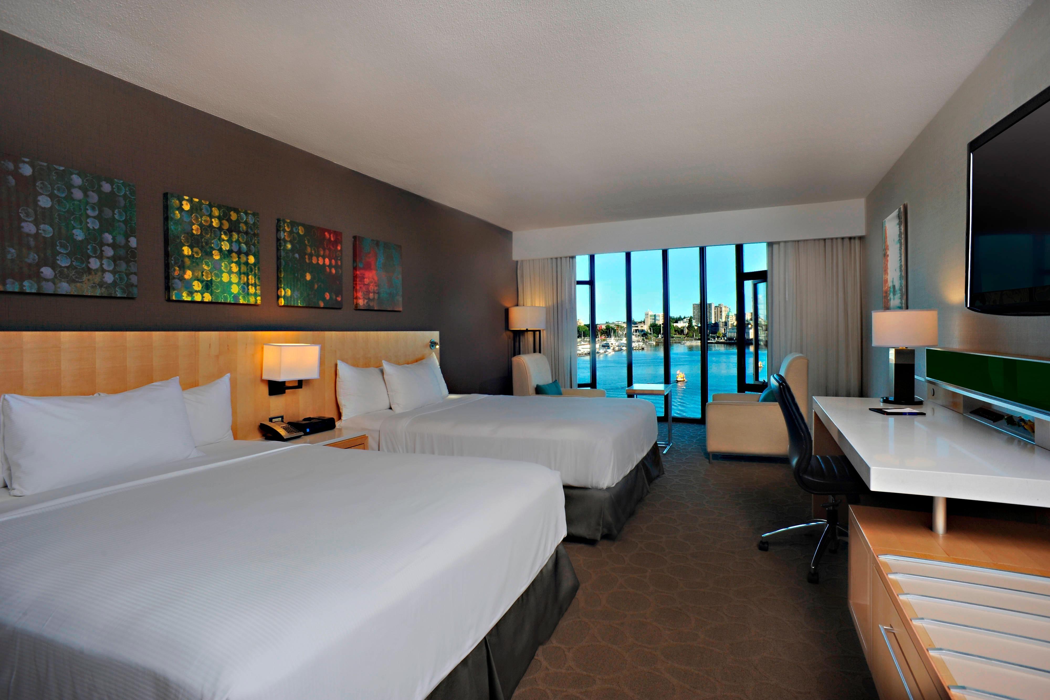 Deluxe-Gästezimmer mit zwei Queensize-Betten – Blick aufs Wasser