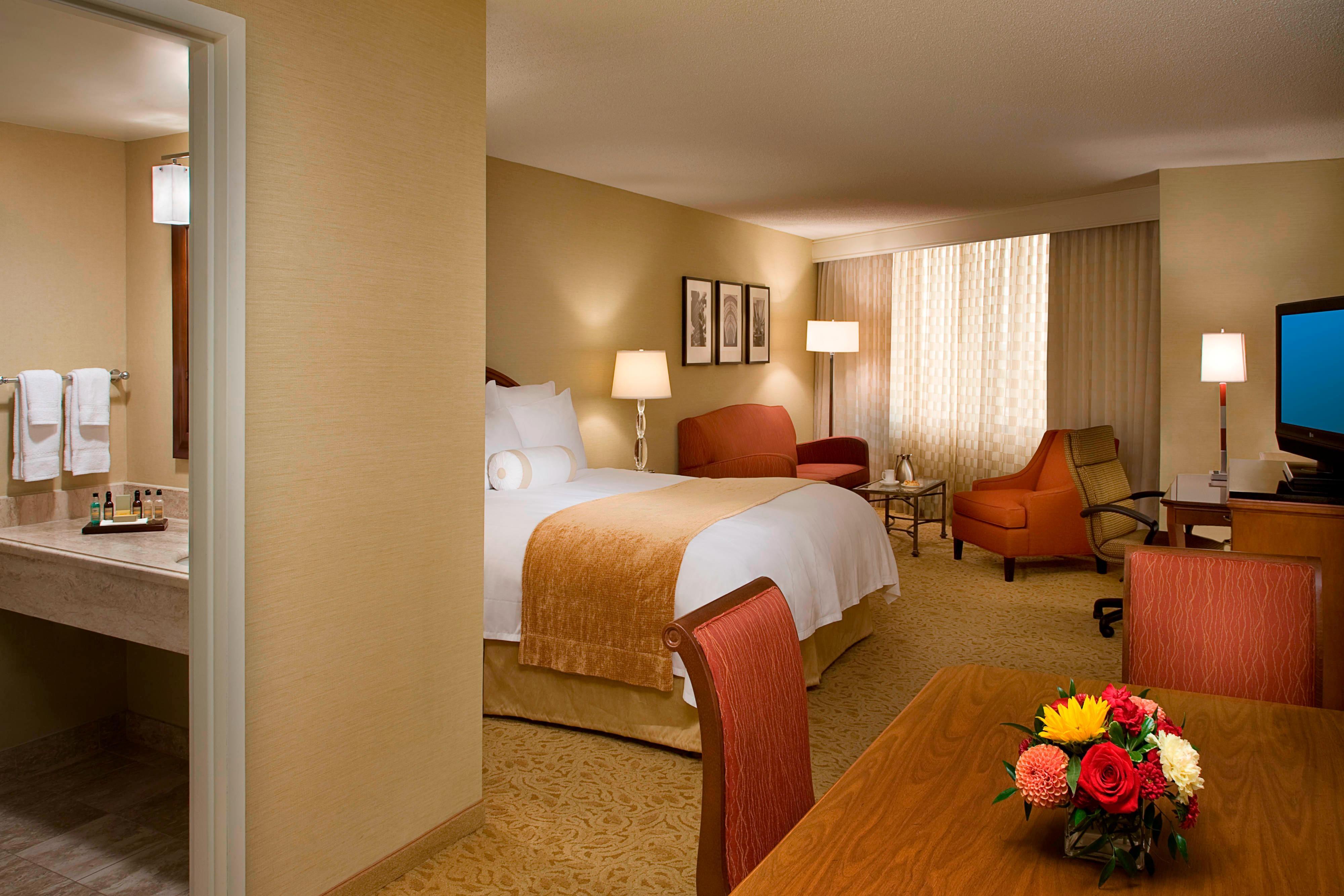 Chambre avec lit king size de l'hôtel d'aéroport de Toronto