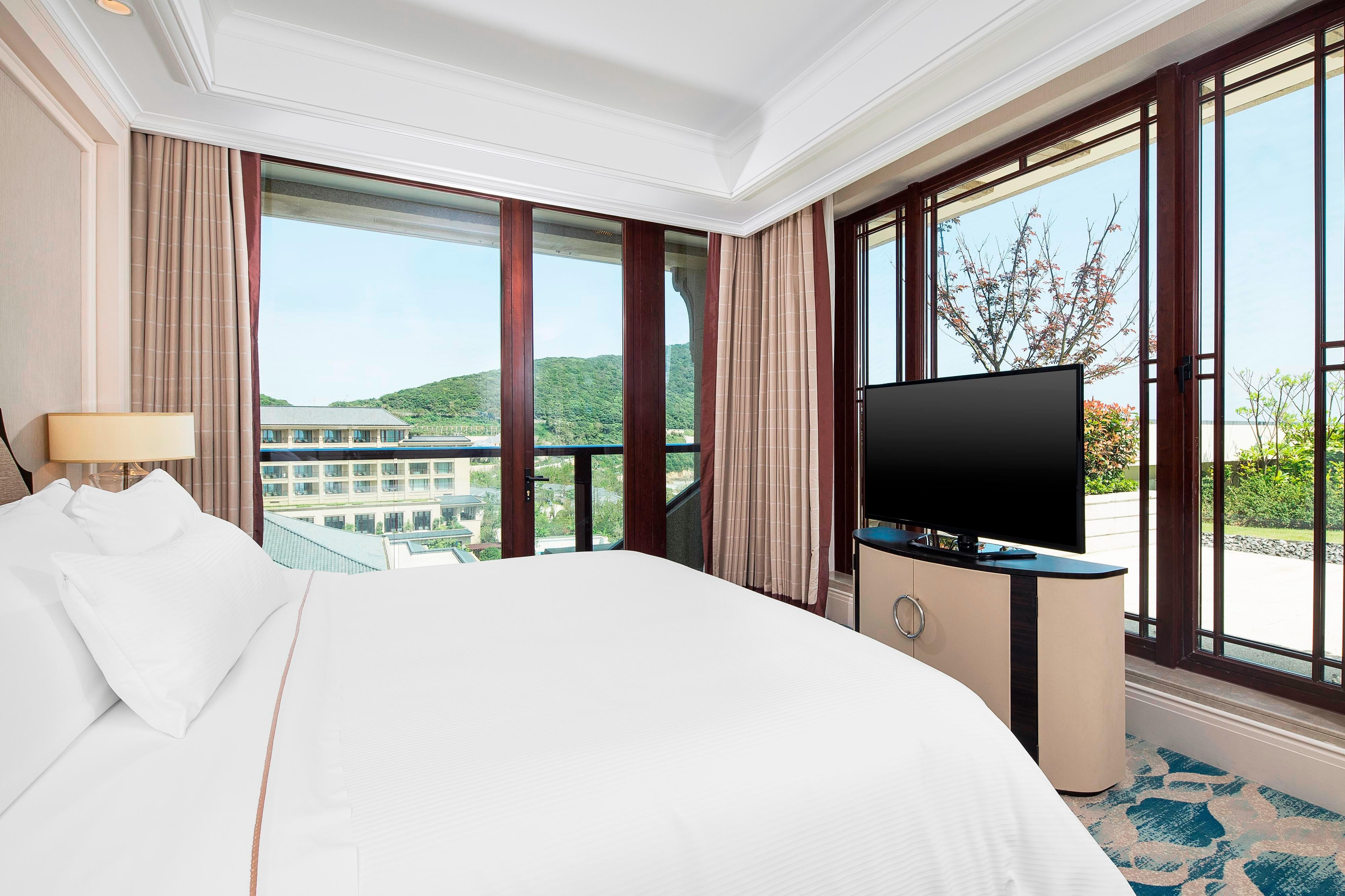Deluxe Seaview Suite - Bedroom