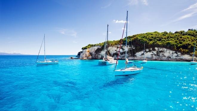 Segelboote in einer türkisblauen Bucht