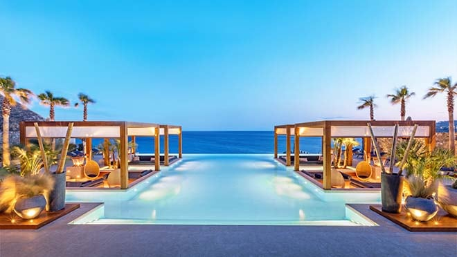 Santa Marina, a Luxury Collection Resort, Mykonos. Piscine à débordement Oasis avec espace lounge.