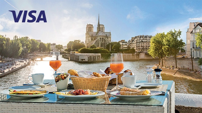 Завтрак за столиком с видом на Собор Парижской Богоматери и Сену, Париж, Франция